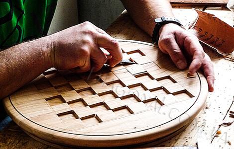 Процесс производства польских деревянных шахмат